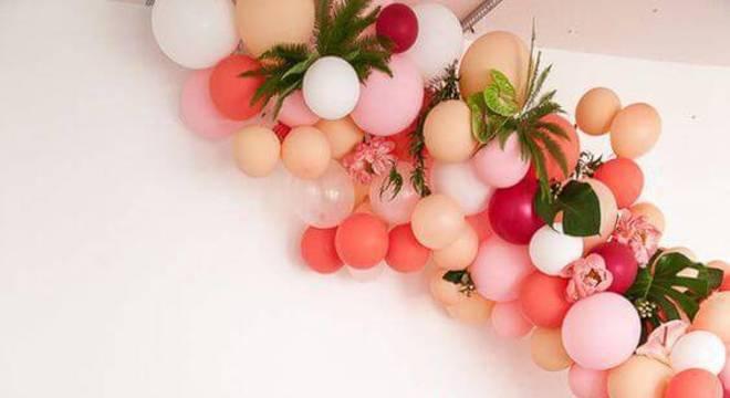 decoracao de festa infantil mesa com arranjo de bexigas