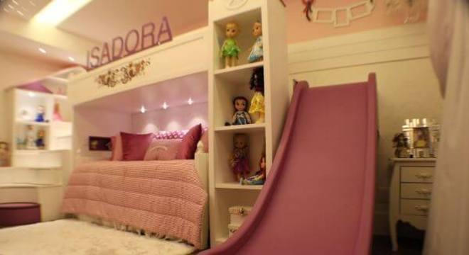 Decoração de quarto rosa de menina com escorregador