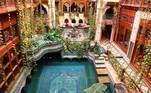 Muitas pessoas aproveitaram a quarentena para 'mexer na casa'. A internet foi inundada com dicas e sugestões para quem busca fugir do original. Mas nesses cenários paradisíacos, trabalhar em home office pode ser um verdadeiro sonho. Pode começar pela piscina deste arquiteto saudita...um luxo!
