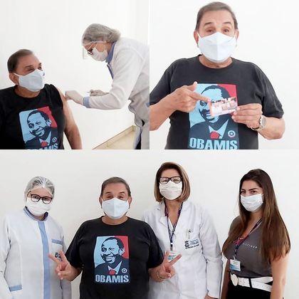 Dedé Santana, deOs Trapalhões, foi vacinado contra acovid-19no dia 9 de março. O humorista de 84 anos vestia uma camiseta com o rosto do colega Mussum. Na imagem, ele fez questão de mostrar o comprovante da vacinação