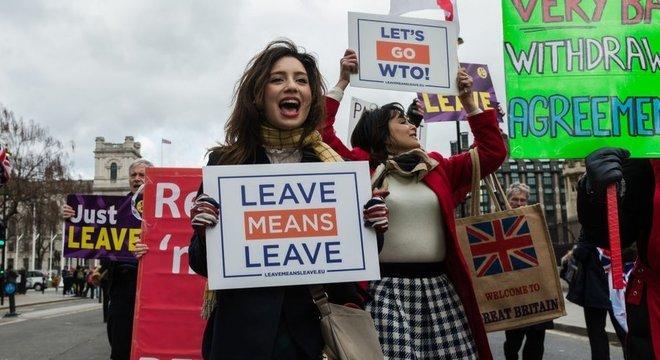 Defensores do Brexit sem acordo fazem manifestação em Londres; há grupos, porém, que veem a ausência de acordo como prejudicial aos negócios britânicos