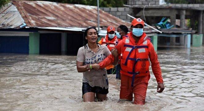 Defesa Civil da República Dominicana resgata uma mulher nas inundações causadas pela tempestade Laura