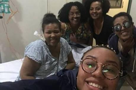 Deise com as irmãs no hospital