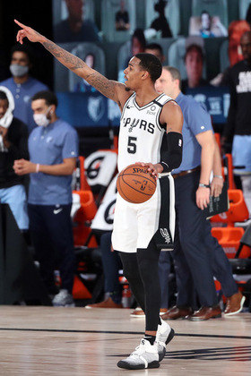 Dejounte Murray (San Antonio Spurs) foi o cestinha da equipe na vitória sobre o Memphis Grizzlies em confronto direto pela oitava vaga aos playoffs na conferência Oeste. Murray somou 21 pontos e dez rebotes em cerca de 34 minutos. Com o triunfo, o time texano cortou a diferença e é o nono