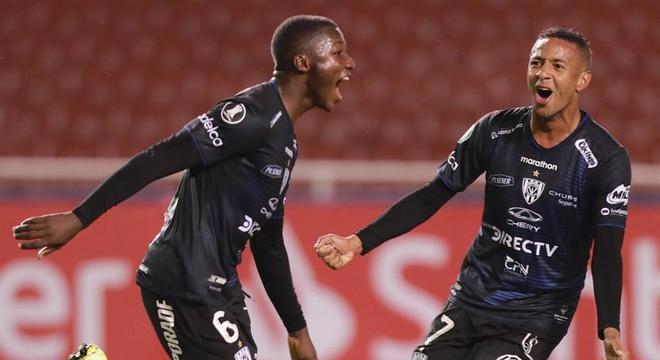 Jogadores do Del Valle comemoram gol marcado contra o Flamengo