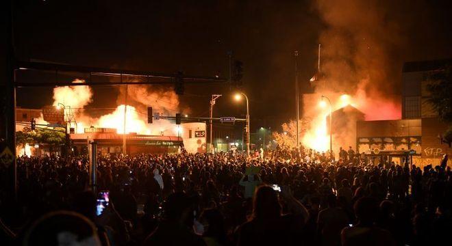 Manifestantes incendiaram uma delegacia em Minneapolis durante protesto contra  a morte de George Floyd em abordagem policial