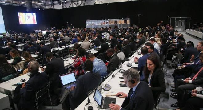 Delegados e representantes dos países ouvem aos discursos na COP 25, em Madri