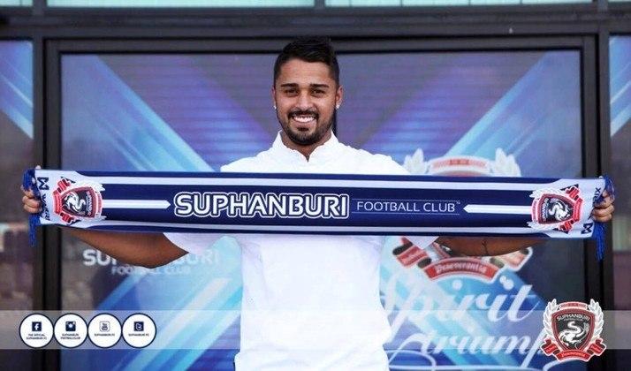 Dellatorre foi o artilheiro da Copinha de 2011 pelo Desportivo Brasil, com sete gols. Passou por Athletico, Internacional, time B do Porto (POR), Queens Park Rangers (ING) e noo APOEL (CHP). Em 2019, jogou no Suphanburi (TAI)