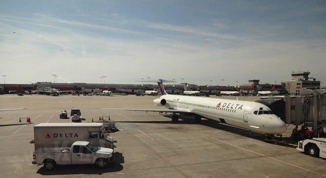 O avião já estava em processo de decolagem quando os passageiros saíram da aeronave