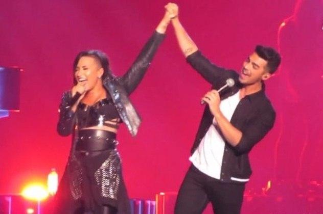 Demi Lovato e Joe Jonas se conhecerem nos bastidores das produções da Disney Chanel e, apesar do romance rápido, viraram o centro das atenções no período em que ficaram juntos.Quem também deu o que falar foi Miley Cyrus e Nick Jonas. A cantora chegou a escrever uma música para o astro depois que eles terminaram. Na época, inclusive, Nick já estava namorando outra estrela da Disney, Selena Gomez, criando, assim, um triângulo amoroso. Confira, a seguir a lista dos casais que se formaram nos bastidores da Disney e viraram queridinhos do público