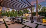 A área externa tem direito a piscina, espaço para churrasco, jardins coloridos e muito mais