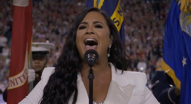 Demi Lovato faz história cantando hino dos EUA no Super Bowl; assista