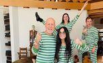 Demi Moore e Bruce Willis estão divorciados há mais de 20 anos, mas, provaram nesta quarentena que continuam amigos. Os atores voltaram a morar na mesma casa junto com os três filhos: Scout,TallulaheRume. Demi e Bruce compartilharam uma foto em família usando pijamas iguais