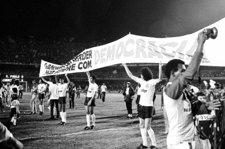 Jogadores do Corinthians em manifesto no gramado