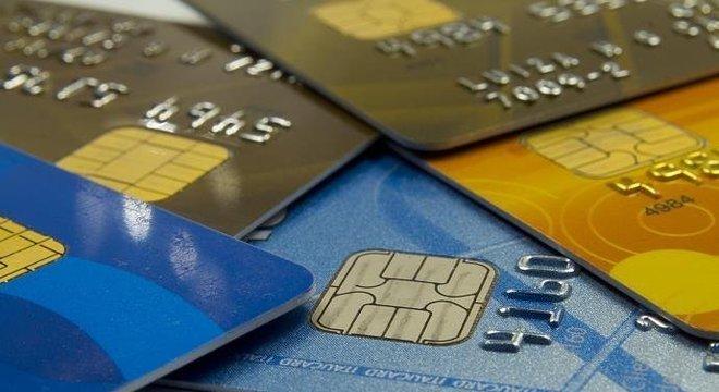 Saiba quais são as vantagens e desvantagens do uso de cartões