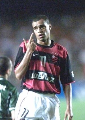 Denilson iniciou sua carreira profissional no São Paulo, onde atuou em 187 oportunidades e fez 62 gols, além de quatro títulos. Ele teve um bom início no Betis, em 98, mas caiu um pouco de produção. Em 2000, quando chegou ao Flamengo por empréstimo, não foi bem. Foram apenas 19 partidas e cinco gols marcados.
