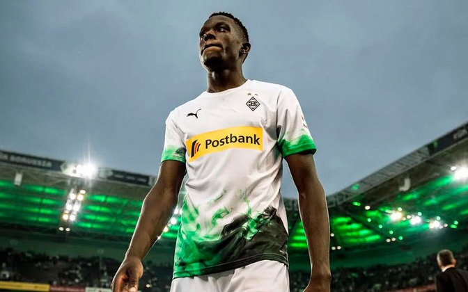 Denis Zakaria - Destaque do Borussia Mönchengladbach, o volante suíço atrai interesse de Chelsea, United e Bayern de Munique. Com mais dois anos de contrato, o clube alemão pretende receber 50 milhões de euros (335 milhões de reais).