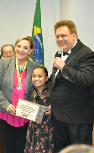 Denise Del Vecchio recebe placa em homenagem à RecordTV
