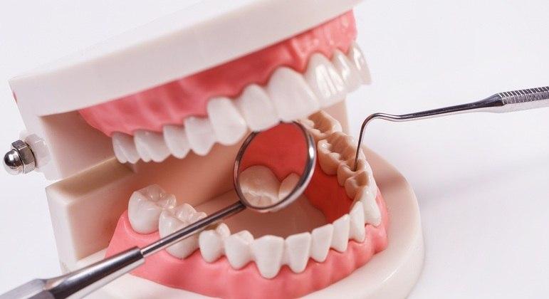 Gengivite e acúmulo de placa dentária abrem caminho para o coronavírus na boca