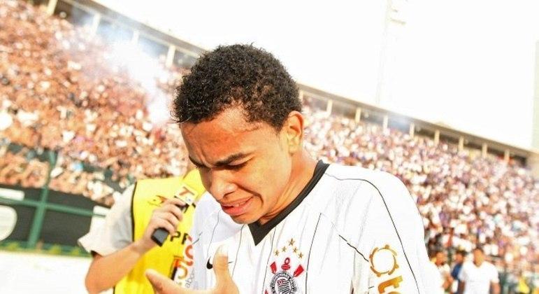 Dentinho saiu do Corinthians chorando. Jurando que voltaria. Só se for com salário baixo