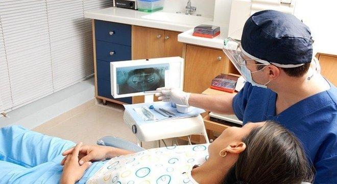 Os dentistas utilizam EPI completo durante o atendimento para evitar contaminação