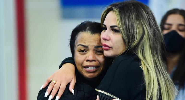 Valquiria Nascimento e Deolane Bezerra se abraçando durante o velório de MC Kevin