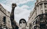 """Depois da morte de George Floyd, nos Estados Unidos, muitos protestos com os dizeres """"Black Lives Metter"""" (""""vidas negras importam"""") explodiram mundo afora. Hamilton saiu às ruas junto à multidão em Londres para protestar contra o racismo, lembrando que ele é o primeiro e único negro nesta categoria do automobilismo."""