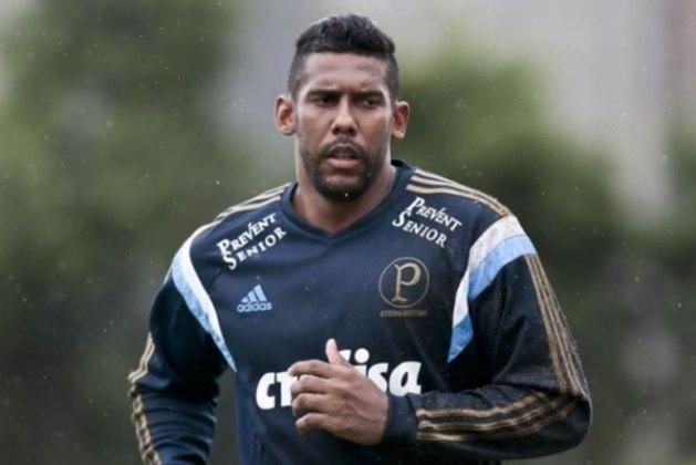 Depois de quatro anos no Santos, o goleiro Aranha fechou com o rival Palmeiras, mas não atuou o quanto gostaria. Ficou um ano no banco de reservas, jogando apenas uma vez, em 2015