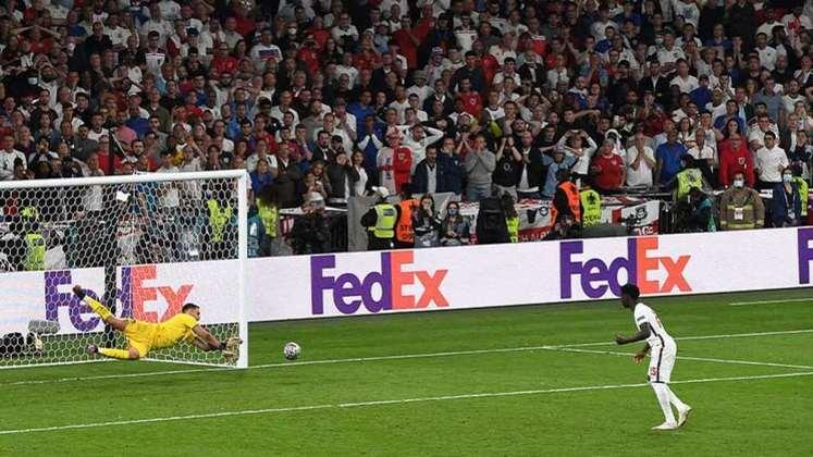 Depois de sair atrás no placar e conseguir empatar a partida, a Itália venceu a Inglaterra nos pênaltis e se sagrou campeã da Eurocopa 2020. O herói do título foi o goleiro Donnarumma, que defendeu duas das três cobranças que a Inglaterra perdeu. Veja as notas dos campeões! (Por Redação SP)