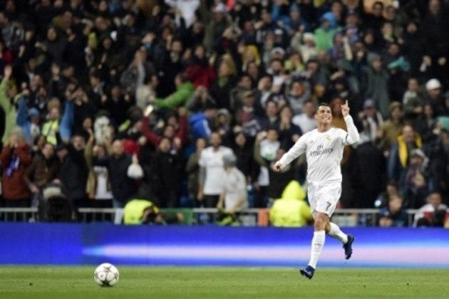 Depois de ter perdido por 2 a 0 no jogo de ida das quartas, o Real Madrid contou com a estrela de Cristiano Ronaldo para virar e vencer o Wolfsburg na Champions de 2016. Ele fez três gols e garantiu os merengues na semi – mais tarde eles seriam campeões.