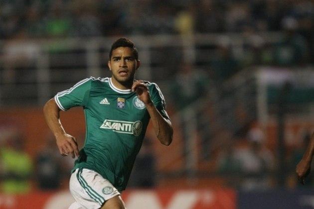 Depois de uma boa passagem pelo Santos, Alan Kardec acabou anunciado pelo Palmeiras em 2013. No Verdão, fez 46 jogos e 24 gols. ganhando a Série B de 2013.