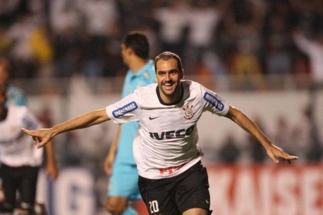 Depois, na semifinal, o Corinthians enfrentou o Santos. O Timão venceu na ida por 1 a 0 e empatou por 1 a 1 na volta, no Pacaembu.