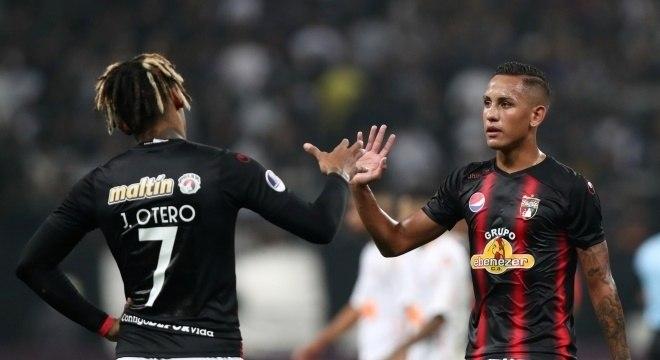 Jogadores do Deportivo Lara após derrota por 2 a 0 para o Corinthians