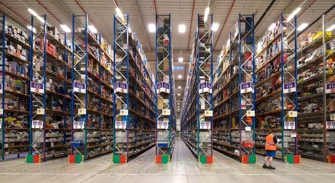 A Amazon despacha 228 milhões de pacotes por ano no Reino Unido, de 17 centros de distribuição.