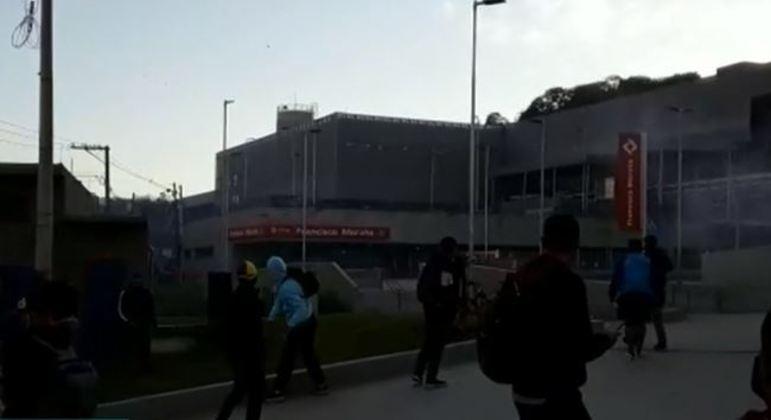 Com estação fechada, homens lançaram pedras em prédio em Francisco Morato