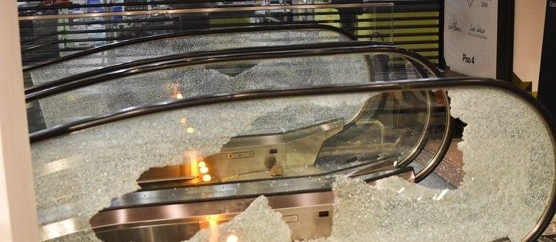 Manifestantes depredaram o Carrefour que fica em um shopping na rua Pamplona