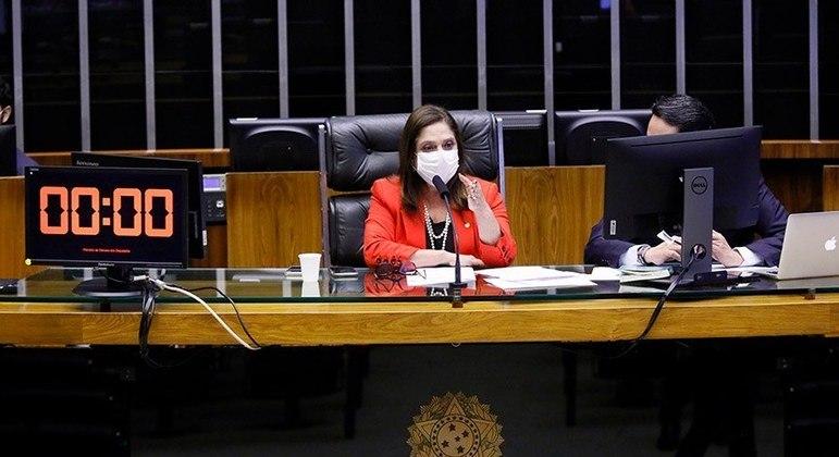 A deputada Soraya Santos presidindo uma sessão. Ela  assina a nota de desagravo