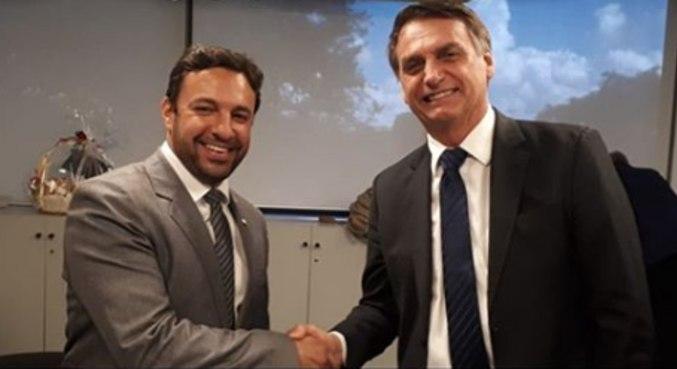 O relator, deputado Daniel Freitas, e o presidente Jair Bolsonaro