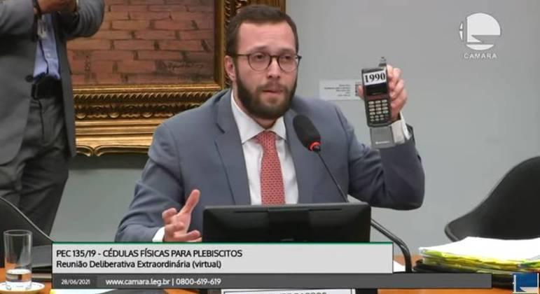 Para defender parecer, deputado Filipe Barros mostra celular 'tijolão', criado poucos anos antes antes das primeiras urnas eletrônicas
