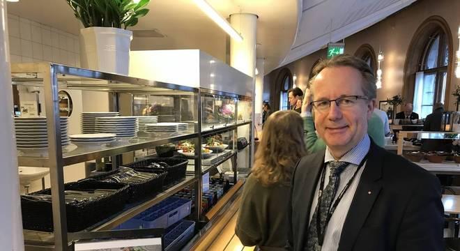 No país escandinavo, deputados como Per-Arne Håkansson encaram fila para almoçar no bandejão