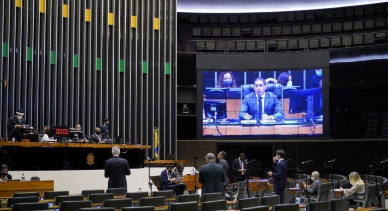 Deputados acompanham a sessão no Plenário