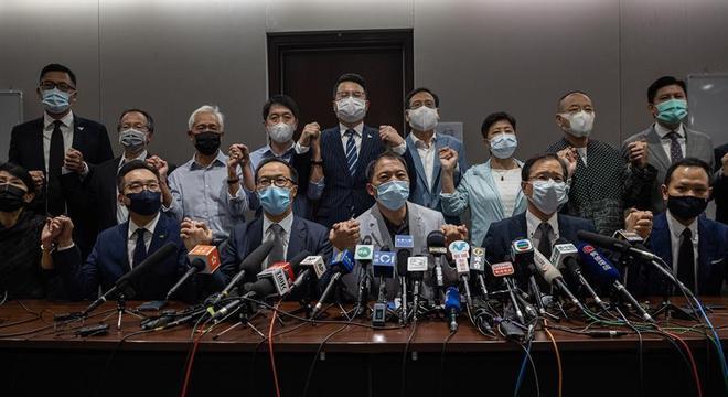 Renúncia em massa de todos os deputados da oposição em Hong Kong