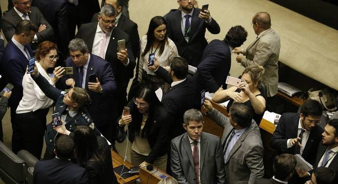 Deputados fazem transmissões pelas redes sociais durante votação