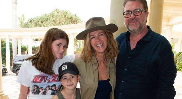 Kate Garraway e Derek Draper ao lado dos dois filhos