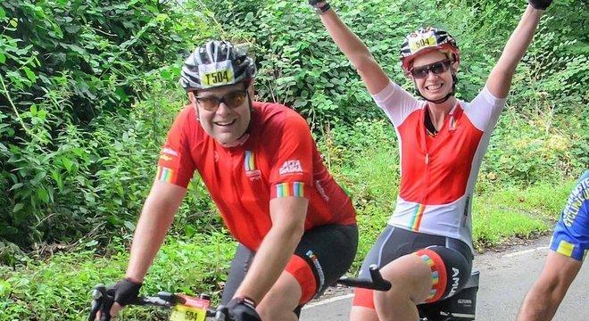 Liz O'Riordan competindo com o marido na RideLondon, evento de ciclismo realizado em Londres