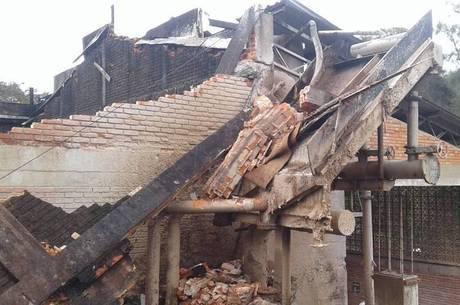 Segundo os bombeiros, fábrica estava em obras