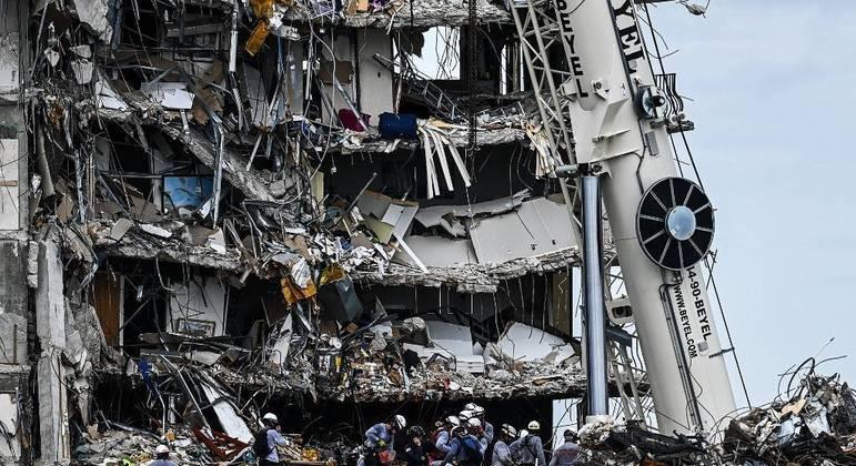 Equipes de resgate trabalham há 7 dias para localizar vítimas sob os escombros do prédio