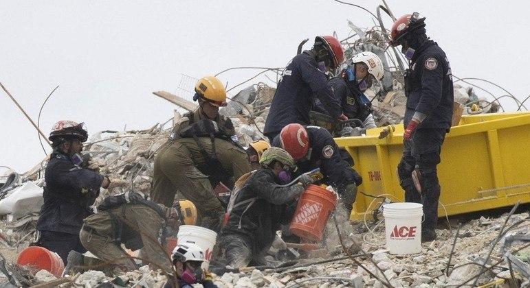 Bombeiros continuam o trabalho meticuloso nos escombros do prédio que desabou