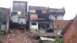 Após temporal, duas casas desabam e deixam quatro crianças mortas em Mauá ()