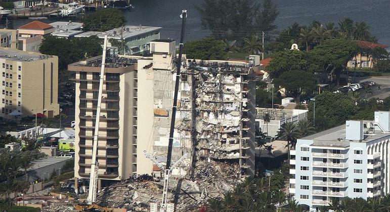 Parte do prédio que está instável e buscas por vítimas foram suspensas